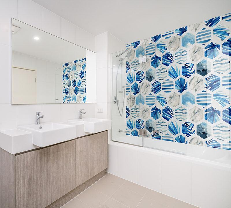Panel szklany do łazienki - Kwiaty egzotyczne w heksagonie