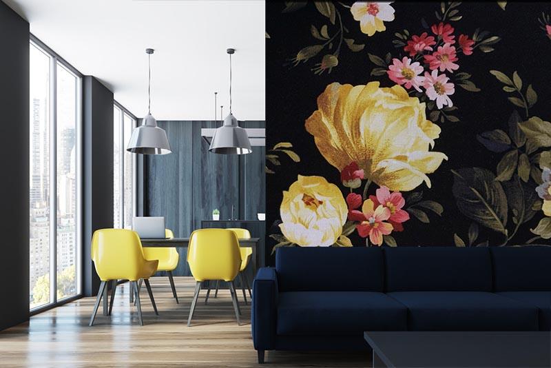 Fototapeta z żółtymi kwiatami na czarnym tle.