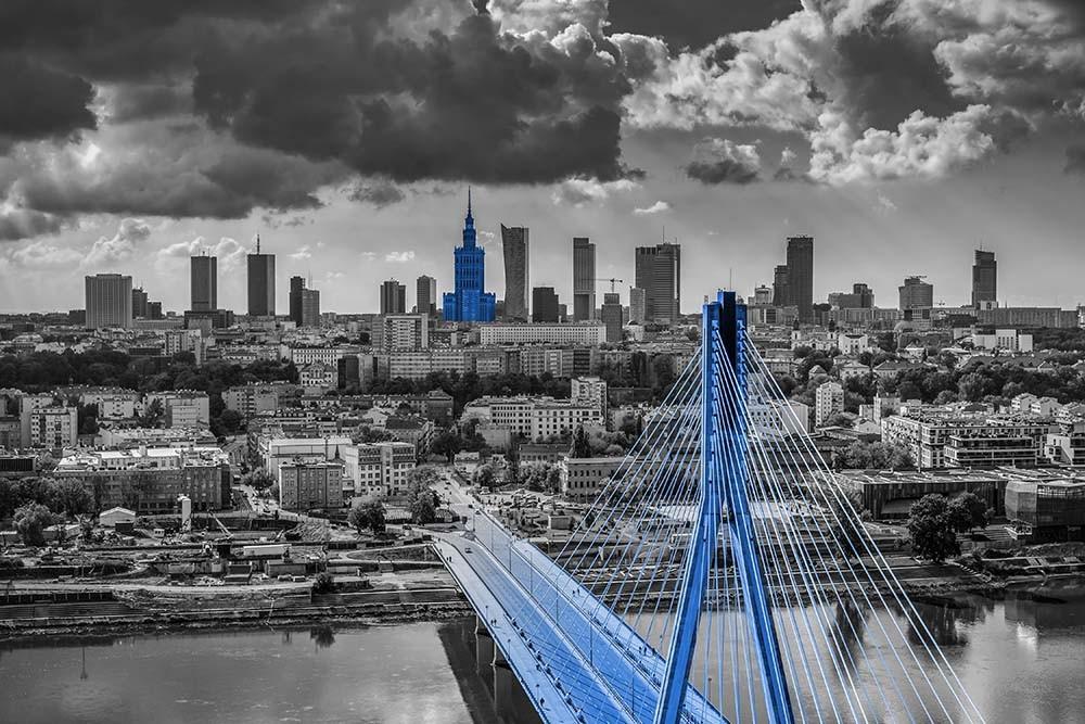 FototapetaFotografia czarno-biała z niebieskim akcentem - widok Warszawy z Mostem Świętokrzyskim
