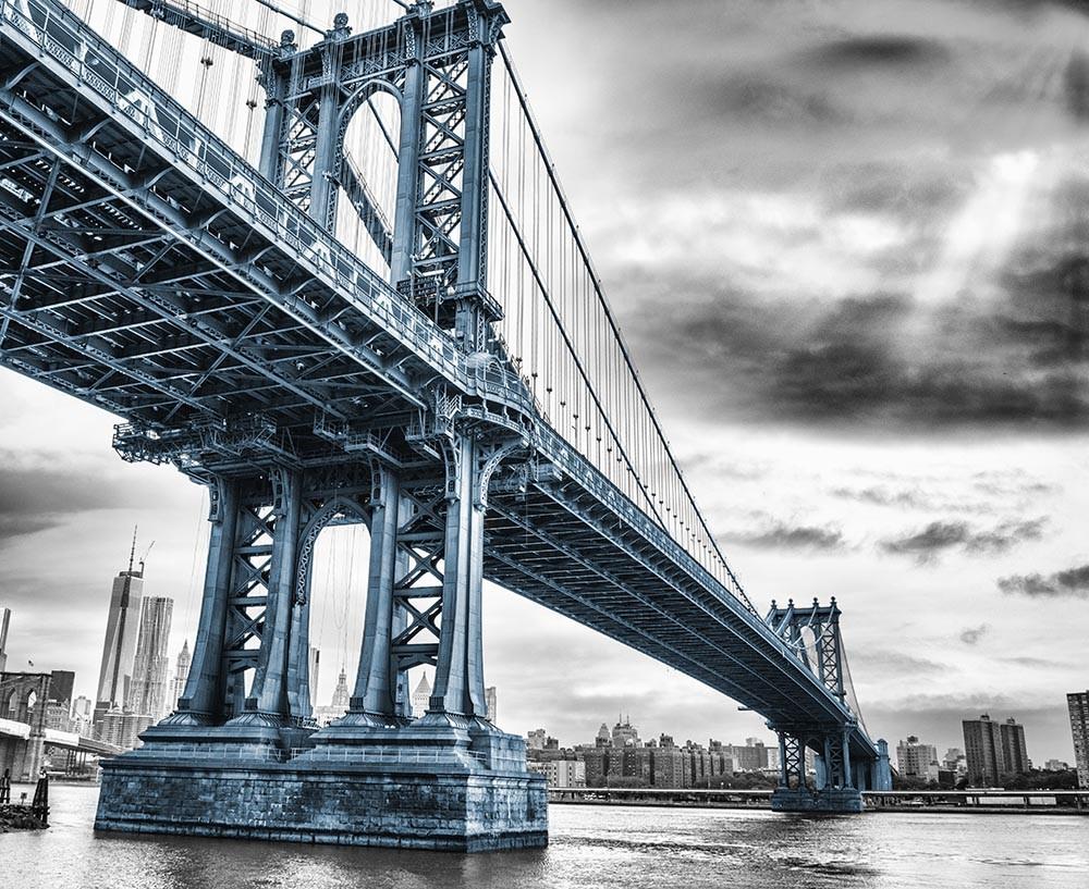 FototapetaFotografia czarno-biała z niebieskim mostem na Manhattanie