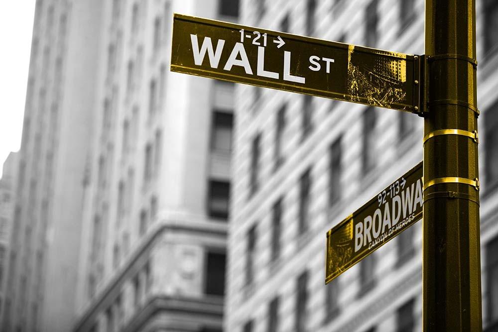 Fototapeta Czarno białe z kolorem Fotografia czarno-biała z żółtym akcentem - drokowskaz Wall Street