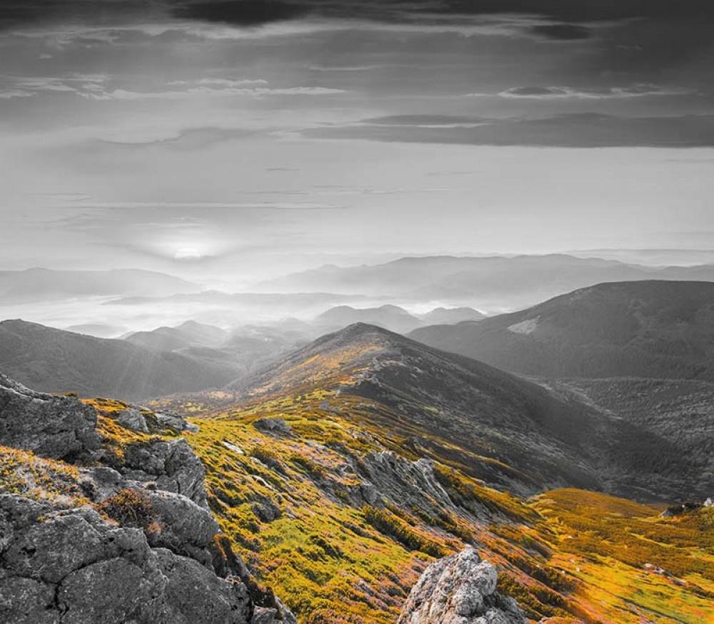 FototapetaFotografia czarno-biała z kolorowym akcentem - Górski pejzaż
