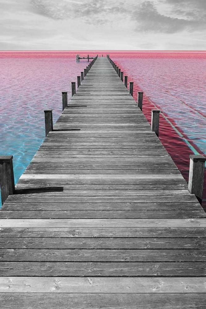FototapetaFotografia czarno-biała z kolorowym akcentem - Molo nadmorzem