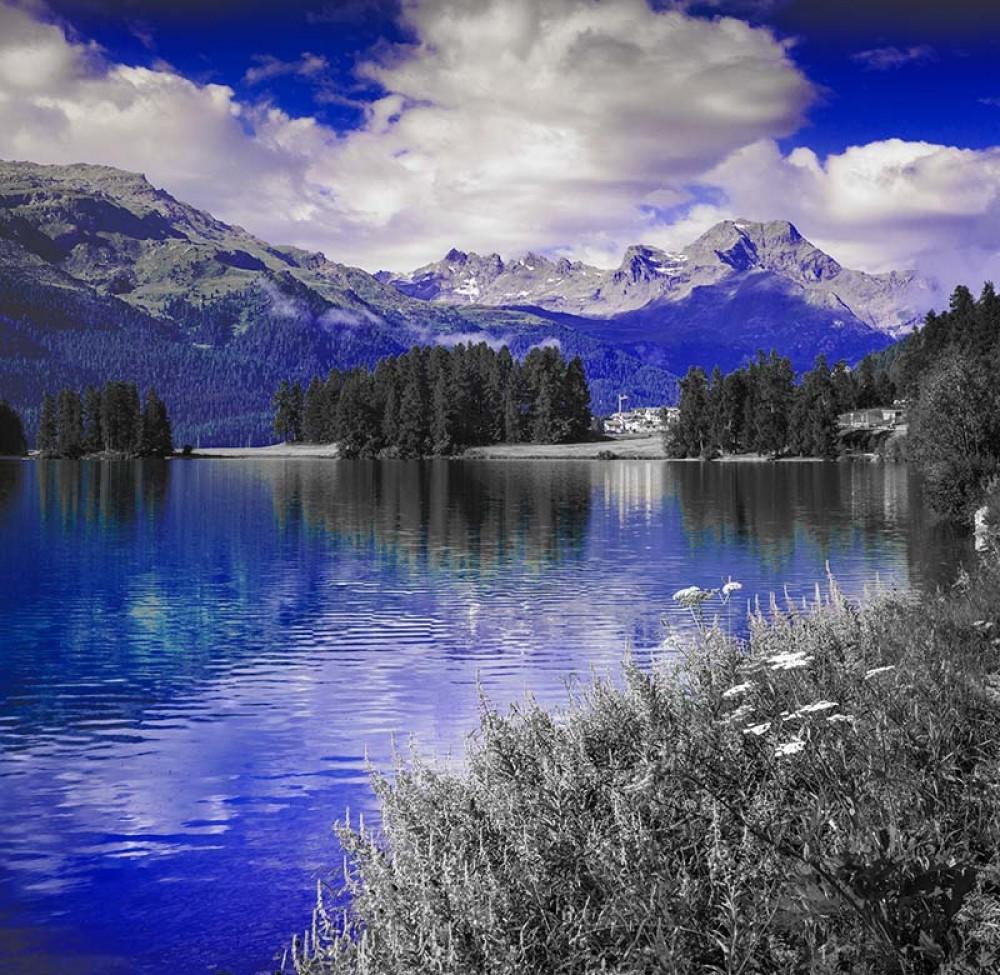 FototapetaFotografia czarno-biała z niebieskim akcentem - Góry nad jeziorem