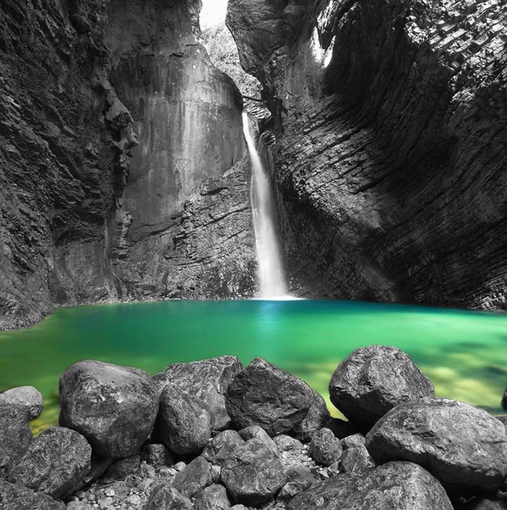 FototapetaFotografia czarno-biała z kolorowym akcentem -Wodospad