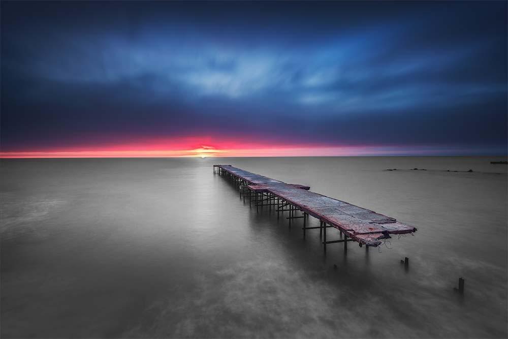 Fototapeta Fotografia czarno-biała z kolorem - Zachód słońca z molo