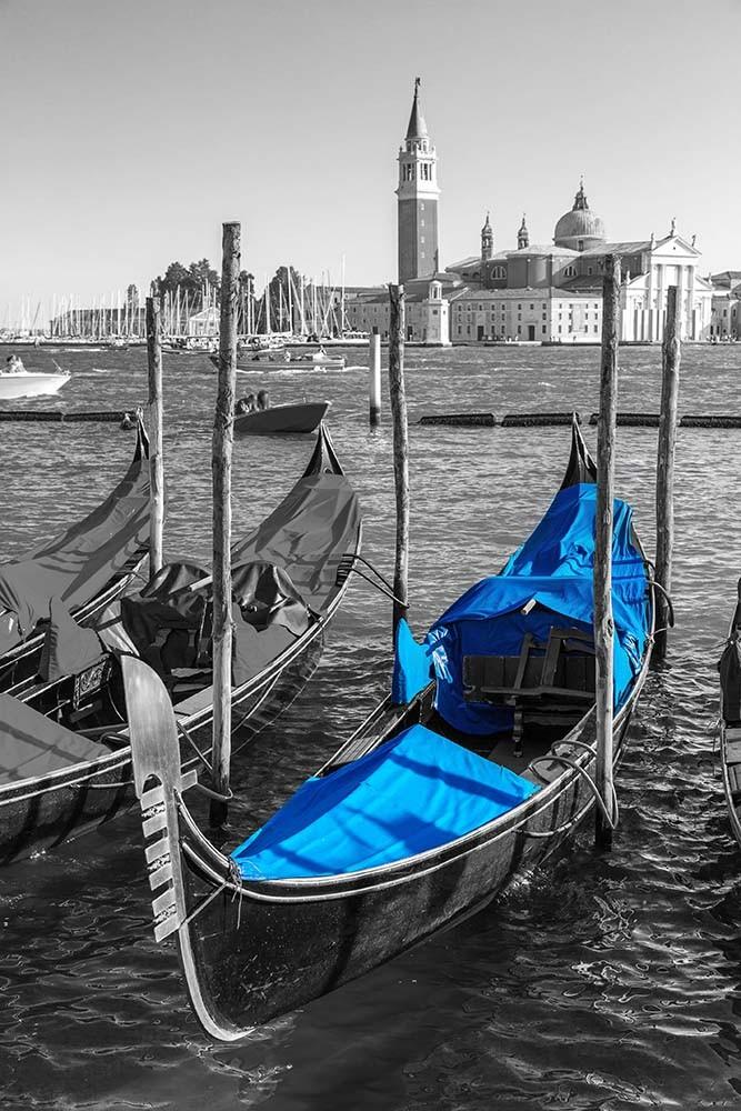 Fototapeta Fotografia czarno-biała z niebieskim akcentem - Gondola
