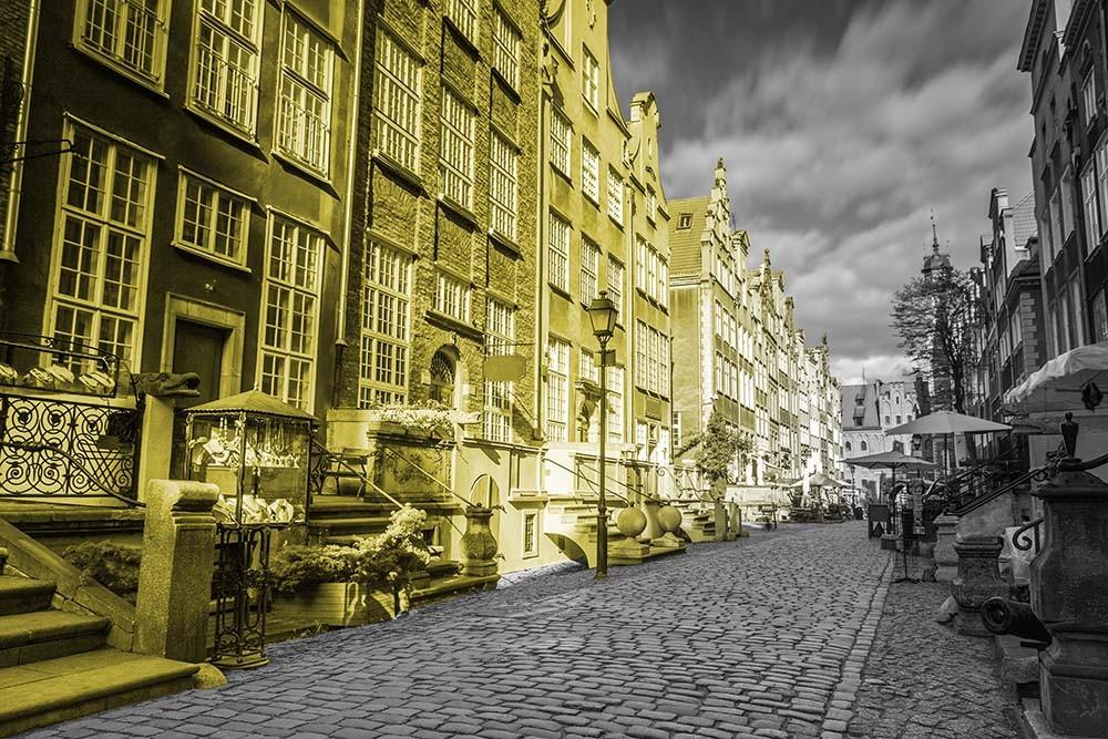 Fototapeta Fotografia czarno-biała z żółtym akcentem - Kamienice