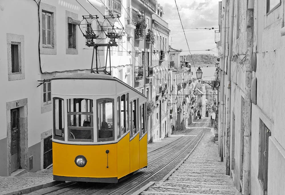 Fototapeta Fotografia czarno-biała z żółtym kolorem - Tramwaj w Lizbonie