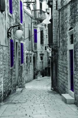 FototapetaFotografia czarno-biała uliczka z fioletowymi akcentami