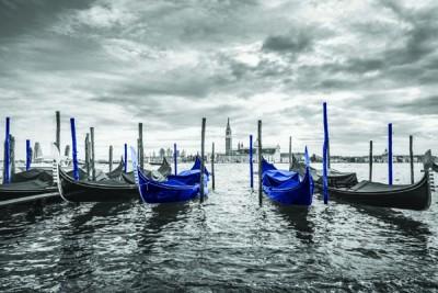 FototapetaFotografia czarno-biała z niebieskimi łódkami