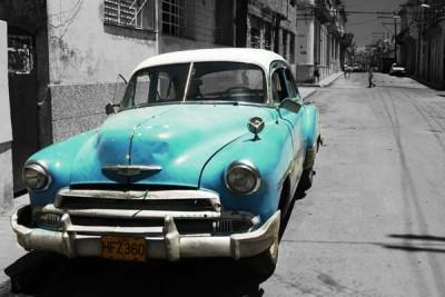FototapetaFotografia czarno-biała z turkusowym samochodem