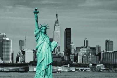 FototapetaFotografia czarno-biała z turkusową Statuą Wolności