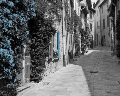 FototapetaFotografia czarno-biała z uliczką i turkusowymi akcentami