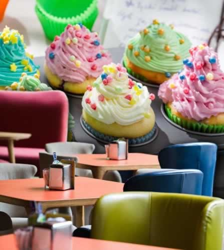 Fototapeta do cukierni z motywem kolorowych babeczek