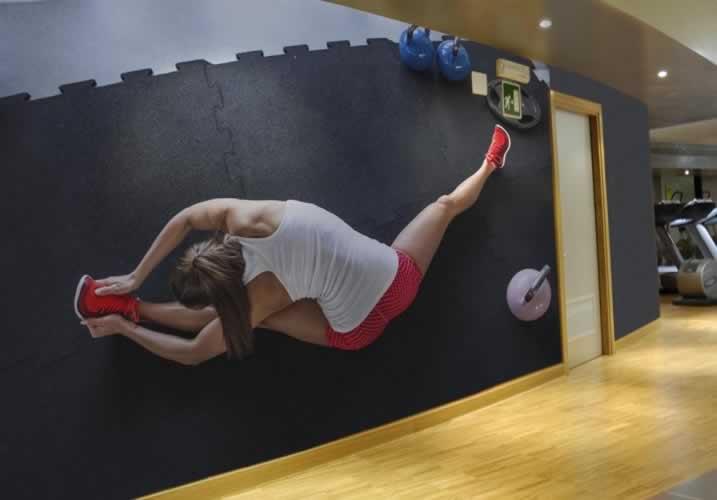 Fototapeta do klubu fitness: Kobieta rozgrzewająca się do ćwiczeń