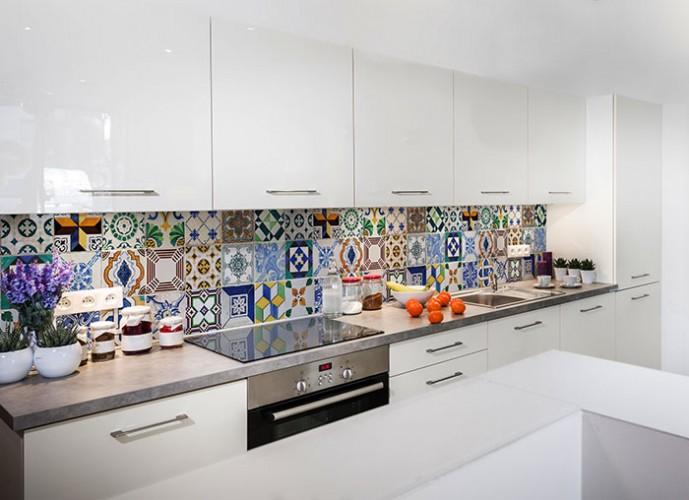 Fototapeta z kafelkami między szafkami kuchennymi