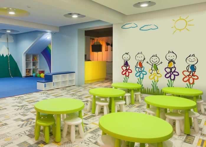 Fototapeta do przedszkola z grafiką przedstawiającą wesołe dzieci