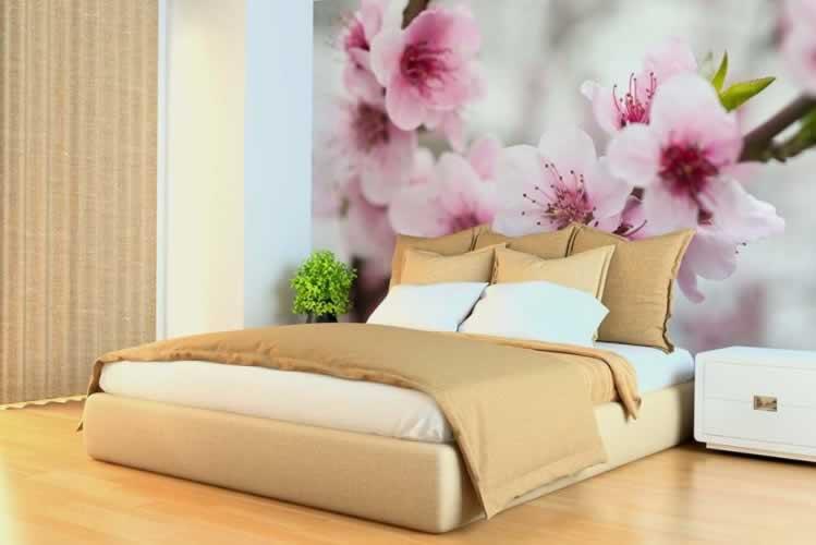 Fototapeta do sypialni z kwitnącym drzewem z różowymi kwiatami
