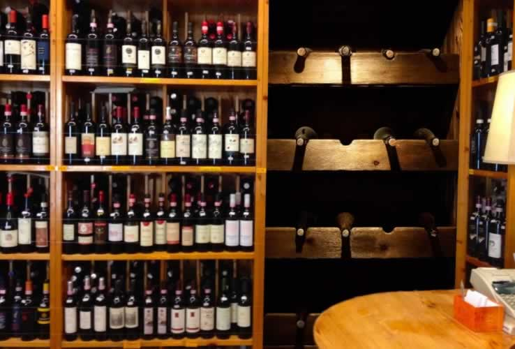 Fototapeta do winiarnii z motywem butelek wina