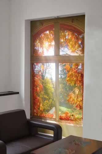 Fototapeta z motywem otwartego okna z widokiem na jesienny pejzaż