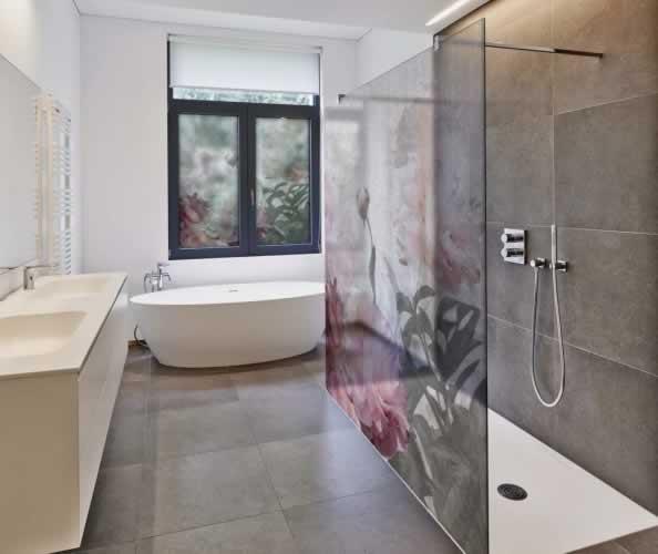Naklejka z folii mrożonej na kabinę prysznicową i okno w stylu florystycznym