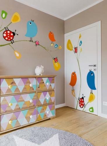 Naklejka wycinana po obrysie na drzwi do pokoju dziecięcego z kolorowymi ptaszkami