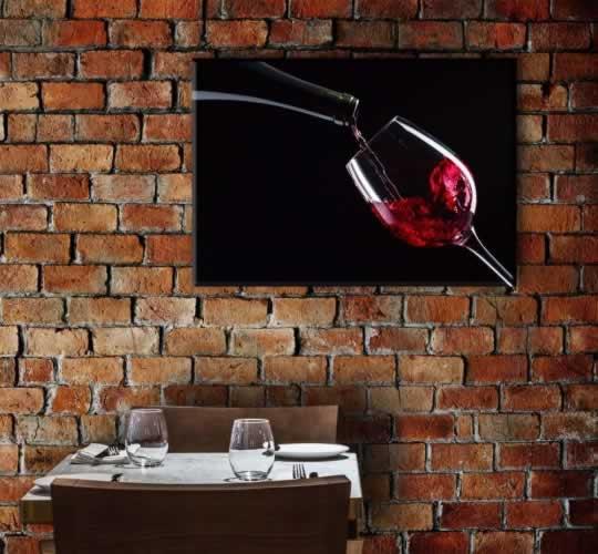 Obraz na płótnie do restauracji z motywem nalewanego czerwonego wina