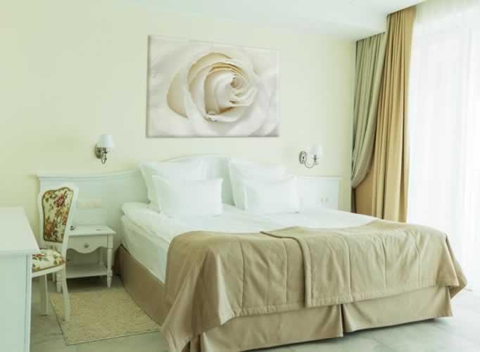 Obraz na płótnie z motywem białej róży
