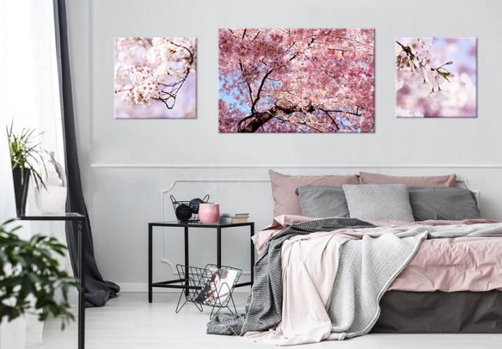 Obraz na płótnie z motywem kwitnącego drzewa.