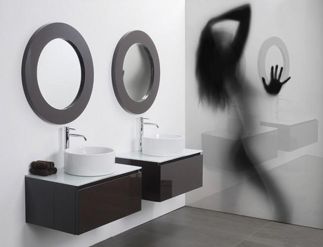 Panel szklany do łazienki z kobietą.