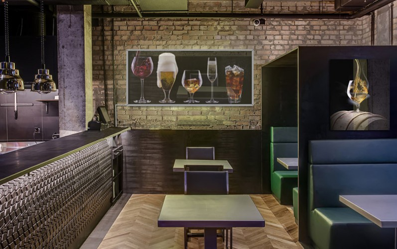 Panel szklany podświetlany do pubu - Drinki na czarnym tle