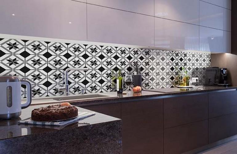 Panel szklany do kuchni z czarno-białymi kafelkami