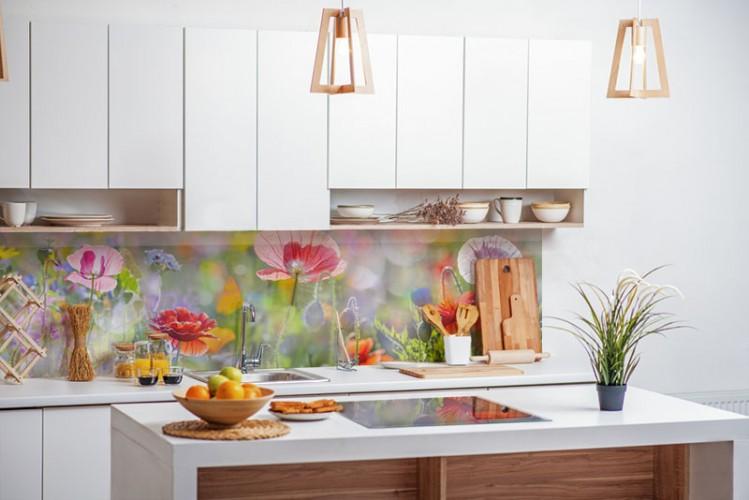 Panel szklany do kuchni w stylu romantycznym z piękną łąką