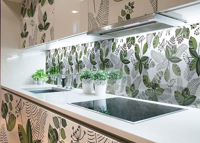 Panel szklany między szafki kuchenne ze wzorem florystycznym