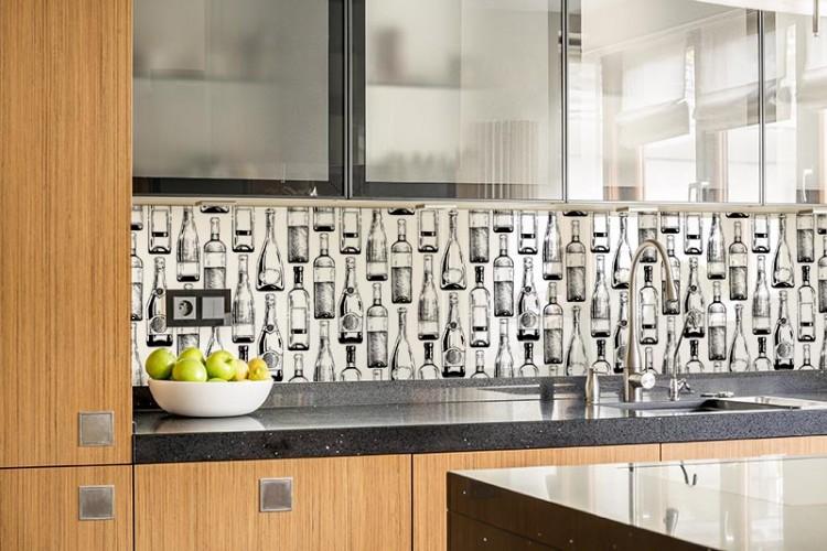 Panel szklany z butelkami wina i szampana do kuchni