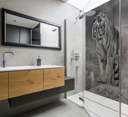 Panel szklany do łazienki pod prysznic - Tygrys syberyjski w czerni i bieli