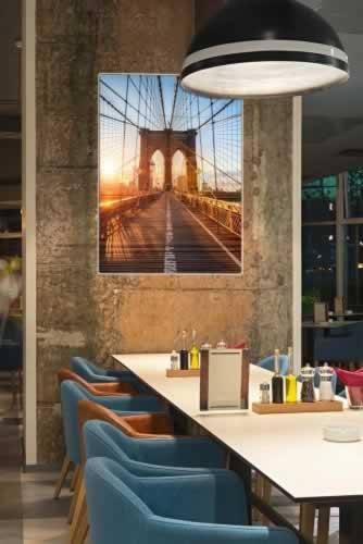 Plakat do gastronomii z motywem Mostu Brooklińskiego w Nowym Yorku