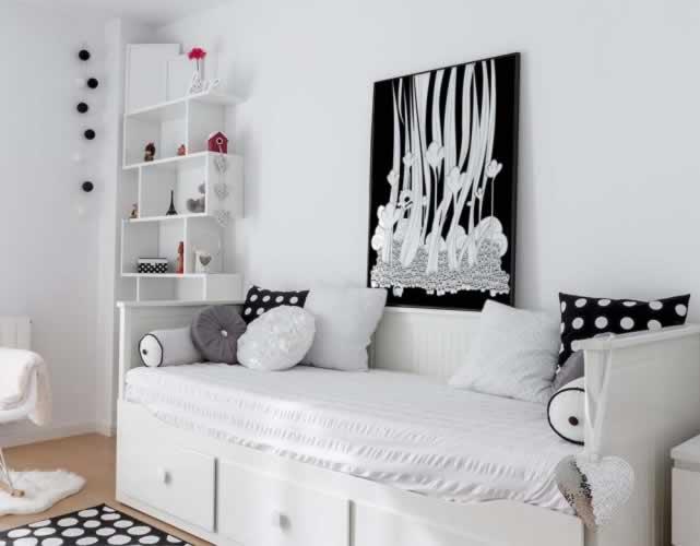 Plakat czarno-biały o tematyce fantasy