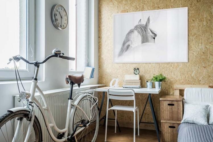 Plakat z białym koniem we mgle