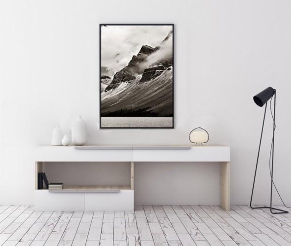 Plakat czarno-biały z górskim pejzażem