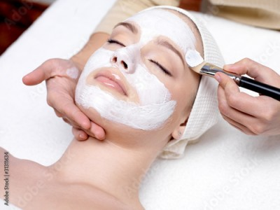Panel Szklany Woman receiving facial mask at beauty salon