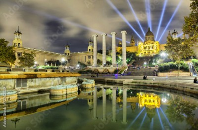 Obraz na Szkle Building of Museum of Catalonia reflecting in water of fontain