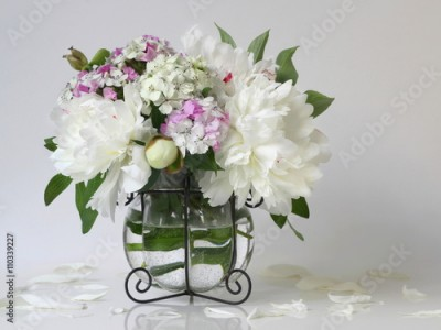 Obraz na Szkle Bouquet of white peony flowers in a vase. Floral decoration with bouquet of peonies and pink carnations flowers in a vase.
