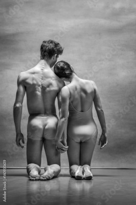 Obraz na Szkle Couple of ballet dancers posing over gray background