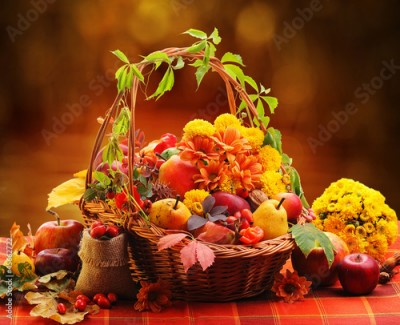 Obraz na Szkle Wicker basket with autumn fruits and flowers