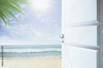 Fototapeta Door to a heaven with a beach and ocean