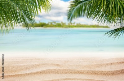 Panel Szklany Sandy tropical beach with island on background